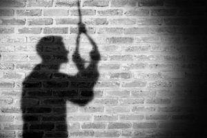 चितवनमा कोरोना पोजेटिभले गरे आफ्नै घरमा झुण्डीएर आत्महत्या