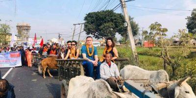पश्चिम चितवनको पटिहानीमा विदेशी पर्यटकलाई गाडामा स्वागत गर्दै (फोटो फिचर)
