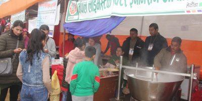 रत्ननगर महोत्सवमा दुग्धजन्य परिकार चाख्नेको भीड