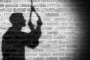 रत्ननगरमा बन्दै गरेकाे आकाशे पुलमा झुन्डिएर एक युवाले गरे आत्महत्या