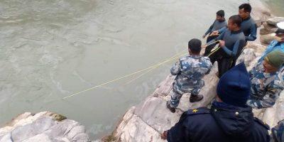 बिरामी लिएर काठमाडौं जाँदै गरेकाे भ्यान त्रिशुली नदीमा खस्याे, ३ बेपत्ता १ सकुसल