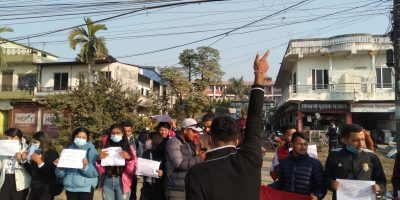 कांग्रेस नेता रामचन्द्र पाैडेल पक्राउकाे बिराेधमा साैराहा चाेकमा नेविसंघको प्रदर्शन