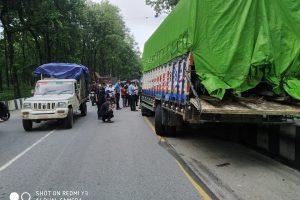 भरतपुरमा फलाम बोकेको ट्रकले स्कुटरलाई ठक्कर दिदा एकको मृत्यु, तिन घाइते