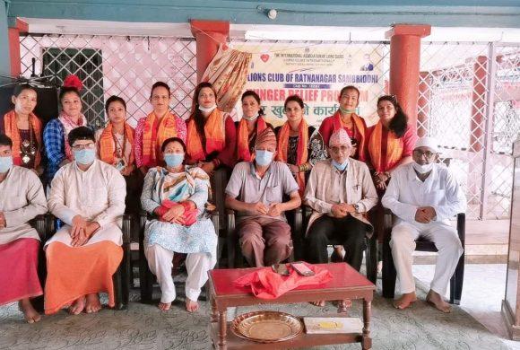 लायन्स कल्ब अफ रत्ननगर सम्बृद्धीले खुवायो गुरुकुलमका बटुकहरुलाई खिर