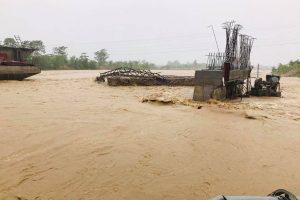 माडीको मगोई खोलाको बाढीले पुल ढलानको सामाग्री बगाउदा १० लाखको क्षति